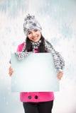 Le flickan med ett tomt bräde och runt om att snöa Arkivbilder