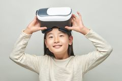 Le flickan med exponeringsglas av virtuell verklighet arkivfoton