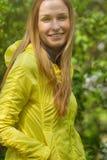 Le flickan mot gräsplan parkera fotografering för bildbyråer