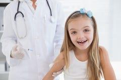 Le flickan på doktorerna arkivbild