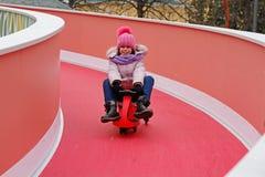 Le flickan som rider en släde som var sluttande på rysk nationell festival`, Shrove ` på den Tverskaya fyrkanten i Moskva Royaltyfria Bilder