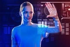 Le flickan som trycker på skärmen, medan genom att använda ett nytt säkerhetssystem arkivfoton