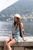 Le flickan som tycker om sjösikt Royaltyfri Foto