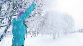 Le flickan som tycker om snöfall i vinter parkera in arkivfilmer