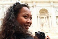 Le flickan vid Fontana di Trevi Arkivfoton