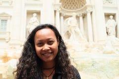 Le flickan vid Fontana di Trevi Royaltyfria Bilder