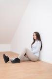 Le flickasammanträde på golv Arkivfoton