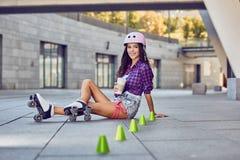 Le flickasammanträde på golv- och drinkkaffet Royaltyfri Foto