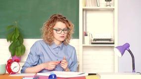 Le flickastudenten eller kvinnalärareståenden på grön väggsvart tavlabakgrund Deltagare som studerar i klassrumet stock video