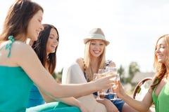 Le flickor med champagneexponeringsglas Royaltyfria Bilder