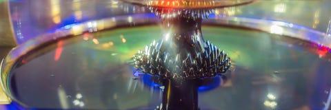 Le fluide ferromagnétique a magnétisé par un aimant dans une BANNIÈRE de musée de science, LONG FORMAT images stock