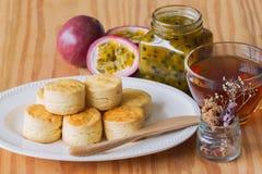 Le focaccine al latte pure casalinghe serviscono con l'inceppamento casalingo del frutto della passione e Immagine Stock