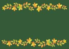 Le foglie di autunno rasentano un fondo verde scuro Immagine Stock