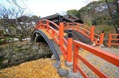Le foglie di giallo sul ponte in Shimogamo-jinja shrine Kyoto Fotografia Stock