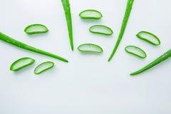 Le foglie fresche di vera dell'aloe con l'aloe vera delle fette si gelificano sul cucchiaio di legno Immagini Stock