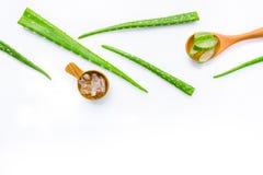 Le foglie fresche di vera dell'aloe con aloe vera si gelificano sul cucchiaio di legno Immagini Stock