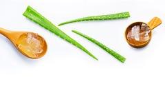 Le foglie fresche di vera dell'aloe con aloe vera si gelificano sul cucchiaio di legno Fotografia Stock Libera da Diritti