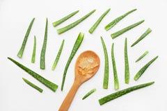 Le foglie fresche di vera dell'aloe con aloe vera si gelificano sul cucchiaio di legno su wh Immagini Stock