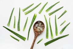 Le foglie fresche di vera dell'aloe con aloe vera si gelificano sul cucchiaio di legno su wh Fotografia Stock
