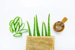 Le foglie fresche di vera dell'aloe con aloe vera si gelificano sullo PS di misurazione di legno Immagini Stock