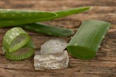 Le foglie fresche verdi di vera dell'aloe affettate ed il gel di vera dell'aloe hanno decorato la o Fotografie Stock
