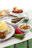 Le foie d'oie et le pâté de sauternes avec des poivrons, tomates, ont découpé le Br en tranches photos stock