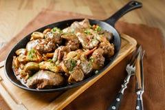 Le foie a fait cuire au four avec les champignons, le lard et les herbes Image stock