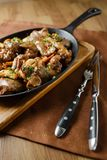 Le foie a fait cuire au four avec les champignons, le lard et les herbes Images stock
