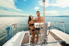 Le folk på yachthjulet royaltyfria bilder