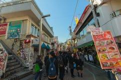 Le folle camminano tramite la via di Takeshita nel Harajuku Fotografia Stock