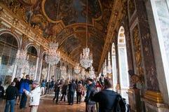 Le folle dei turisti visualizzano il palazzo di Versailles Fotografia Stock