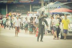 Le folle stanno giocando l'acqua della spruzzata il giorno di Songkran della Tailandia Fotografia Stock Libera da Diritti