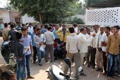 Le folle stanno riunendo le banche esterne attraverso l'India Immagine Stock