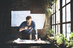 Le fonctionnement d'homme déterminent le concept de mode de vie d'espace de travail Photos libres de droits