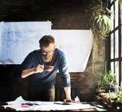 Le fonctionnement d'homme déterminent le concept de mode de vie d'espace de travail Photo stock