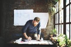 Le fonctionnement d'homme déterminent le concept de mode de vie d'espace de travail Photographie stock libre de droits