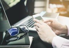 Le fonctionnement de bureau utilise le téléphone sur la table de bureau image stock