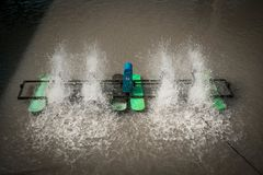 Le fonctionnement extérieur à vitesse réduite d'aérateur sur l'eau photos libres de droits
