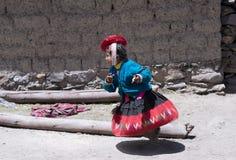 Le fonctionnement péruvien de fille s'est habillé dans l'équipement fait main coloré Photo stock