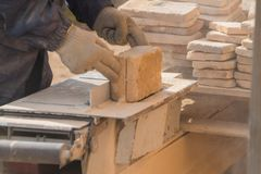 Le fonctionnement sur les coupes de machine la pierre, disque à laser photo libre de droits