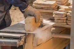 Le fonctionnement sur les coupes de machine la pierre, disque à laser photographie stock libre de droits