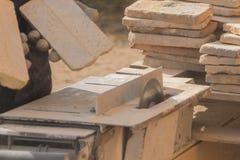 Le fonctionnement sur les coupes de machine la pierre, disque à laser images stock