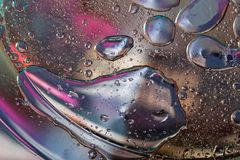 Le fond abstrait avec de grandes baisses huileuses s'est dissous dans l'eau photos libres de droits