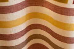 Le fond abstrait a color? des rayures sur la texture de la vague pli?e par tissu image libre de droits