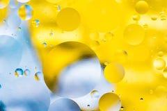 Le fond abstrait coloré grenu avec des éraflures et des taches se compose des boules dans un style de rero, macro abstraction Image stock