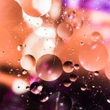 Le fond abstrait coloré grenu avec des éraflures et des taches se compose des boules dans un style de rero, macro abstraction Images stock
