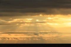 Le fond abstrait colore le rayon de la lumière, coucher du soleil au-dessus de mer Image stock