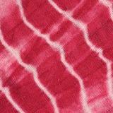 Le fond abstrait de rouge, de blanc, et le rose teignent en nouant le tissu Image libre de droits