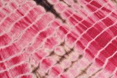 Le fond abstrait de rouge, de blanc, et le rose teignent en nouant le tissu Photo libre de droits