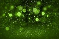 Le fond abstrait de scintillement de bokeh defocused lumineux fantastique vert de lumières avec des étincelles volent, texture de photographie stock libre de droits